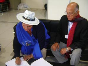 Rafael (Cucuyo) Báez Pérez, Secretario de Asuntos Internacionales del PRM, y Leónidas Zurita, Secretaria de Relaciones Internacionales del Partido de Gobierno de Bolivia al momento de suscribir el pacto.