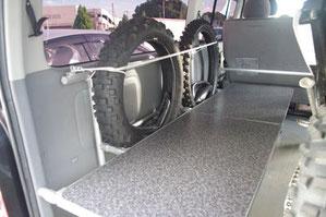 OSPトランポキットで製作した月刊ダートスポーツ誌・編集長のトランポは、バイクの積載もできる機能性バツグンの内装に仕上がりました。