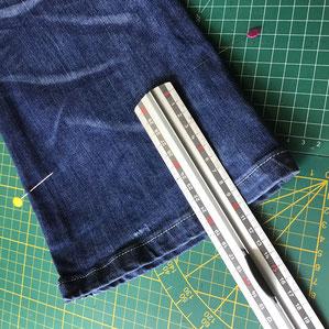 bas de pantalon mesuré avec une règle métallique
