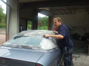 das Cabriolet aus Hünxe wird gründlich von Moos und anderen Verschmutzungen gereinigt.