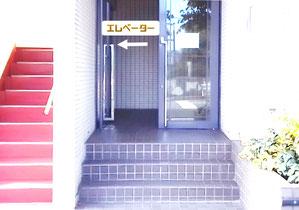入口は外環状線に面しています。入って左のエレベーターをご利用ください。