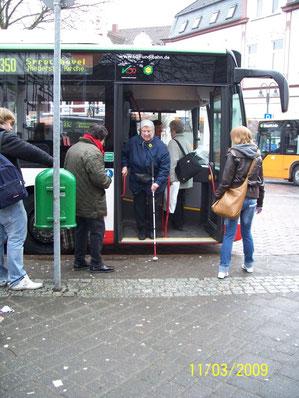 Mit Langstock den Busausstieg ertasten