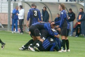 Raguseo festeggiato dopo il 3° gol nerazzurro