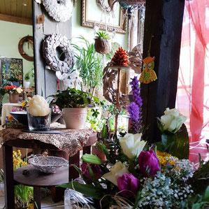 frische bunte Blumen zu kreativen Blumenstrauß gebunden und abholbereit im Laden