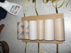 Damit die Toilettenpapierrollen an der Pappe nicht so ausreißbar sind und richtig festkleben, habe ich zusätzlich Heftgerät genommen, um sie noch fester zu machen.