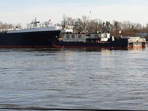 Zwei Schuber nehmen den Elbe-Riesen in die Mitte