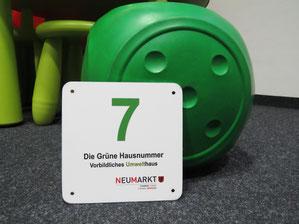 Die Grüne Hausnummer gibt es für vorbildliches klimagerechtes Bauen. Foto: Franz Janka