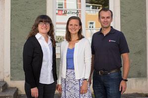 Die Flüchtlingsreferentin Cordula Klenk (Mitte) mit ihrer neuen Kollegin Joanna Lang-Eder (links) und dem Diözesangeschäftsführer der Malteser, Christian Alberter (rechts). pde-Foto: Anita Hirschbeck