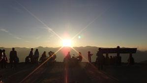 裏銀座に沈む夕日