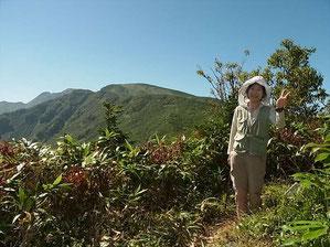 薬師山山頂で七倉、四塚山方面の山をバックにY森