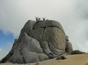 駒石に登ってゆとりのメンバー 高いとこが好きなんです。