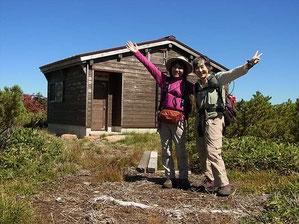 昨年の集中で利用した小桜平避難小屋をバックに