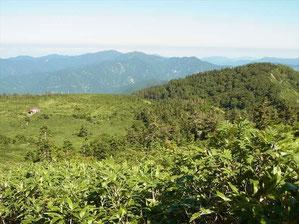 楽々新道から小桜平避難小屋と右に薬師山