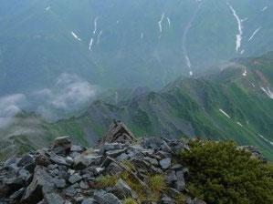 昨日登ってきた西鎌尾根。その後、数分で霧の中に消えていった。
