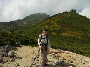 分岐からは駒石方面を進む。右に駒石、中央の奥に空木岳をバックに