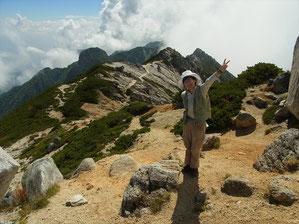 空木岳山頂から、南駒ケ岳、越百山方面をバックに