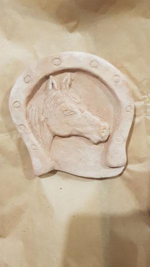 ferro di cavallo su mattonella in cotto