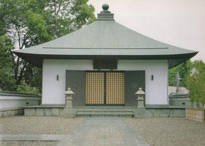 無量光殿の屋上にある阿弥陀堂の写真