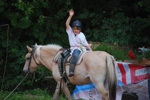 Spielerischer Kontakt mit dem Pferd