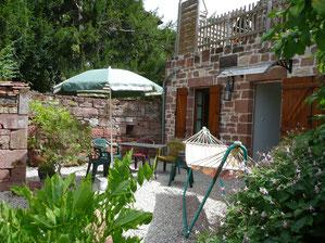 à La Mérelle de Collonges-la-Rouge, en Vallée de la Dordogne, pour un moment zen, il y a hamac, chaises-longues, parasols