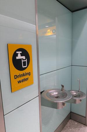 Trinken (Wasser, Tee) gehört mit zu einem der wichtigsten Präventionsmaßnahmen für Thrombose bei Langstreckenflügen. An den Flughäfen kannst du dir überall kostenfrei Trinkwasser nachfüllen.