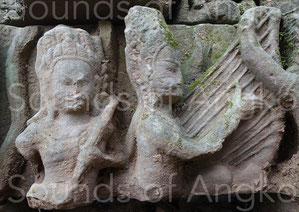 Pour ce haut-relief, l'artiste semble avoir pris un soin extrême pour représenter les onze cordes de la harpe. Bayon.Pour ce haut-relief, l'artiste a pris un soin extrême pour représenter les onze cordes de la harpe. Bayon.