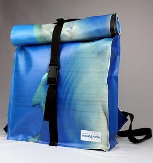 Upcycling Rucksack aus gebrauchten Planen wurden für ElasMoceran in Handarbeit in Deutschland gefertigt. Ökologische Premiumprodukte als perfektes Mitarbeitergeschenk.