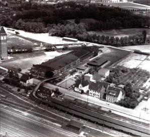 Die Viehverkaufshalle musste später dem Ausbau der Zuckerfabrik weichen. Heute steht an dieser Stelle ein Baumarkt. Der angrenzende Wasserturm links im Bild blieb erhalten und ist heute ein Wahrzeichen Lehrtes.