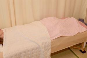 置鍼(ちしん)中は全身をタオルで覆います