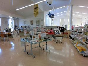 ●物産館の中に入ると、府中産の野菜やくだもの、お菓子、お酒、納豆まで、にぎやかに並んでいました。奥には食堂もあります
