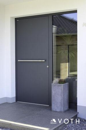 Schüco und Inotherm Aluminium Haustüre AGE 1030 mit Quergriff
