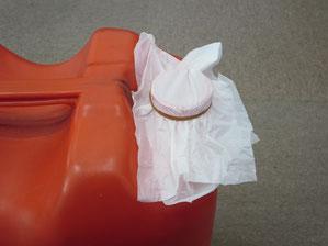 レジ袋を輪ゴムで塞いだポリタンクの口