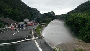 消防車5台による排水作業