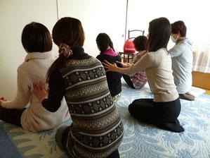 瞑想の前に動作法を導入。温かいエネルギーの交換を行いました。