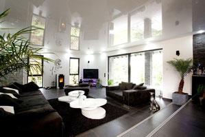 Wohnzimmer glänzende weiße Spanndecke Boden schwarz