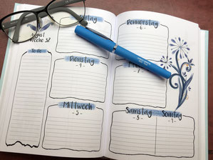 Agenda mit Brille und Kugelschreiber, Jungo-Grafik