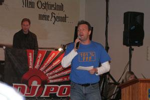 Heinrich Heinenberg, der als Moderator durch den Abend führte. Im Hintergrund DJ Popo, der für die Musik sorgte.