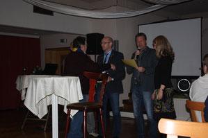 Überreichung der Vereinsnadel in Silber an Jochen Neiße durch den Ehrenvorsitzenden Wilfried Freese.