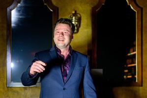 Zauberer Berlin macht fassungslos und gilt als der Experte für Showhypnose in ganz Deutschland. Vertrauen Sie dem Zauberer der Berlin verzaubert und glücklich macht! Der Zaubermeister für Sie live zu sehen ist ein Genuß den man erleben muss.
