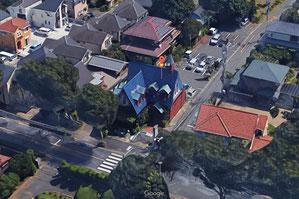 上:Google Mapの3Dビュー 右:お店の玄関