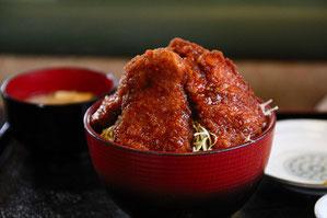 宝剣岳の如く盛りつけられたフィレカツ丼