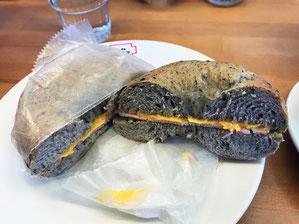胡麻ベーグル+ハム・チーズ おいかった、Good!
