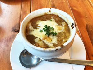 熱々のオニオングラタンスープ