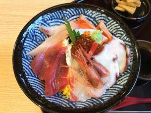 鮮度抜群でうまかった海鮮丼(相方談)