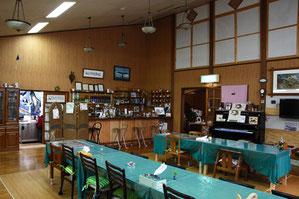 食堂は天井が高く開放感があります