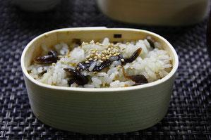 六合村産メンパに盛られた定番の舞茸ご飯