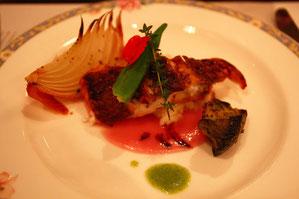 真鯛のポワレ 赤玉ねぎのソース バルサミコ添え