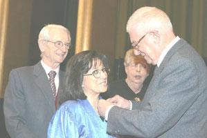 Jean Pierre FOURCADE, Sénateur Maire de Boulogne Billancourt remet la Médaille de VERMEIL à Michèle EJNES REUBEN . 2 Décembre 2005.