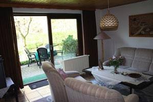 Das Wohnzimmer der Ferienwohnung Nr. 2 mit Zugang zur Terrasse