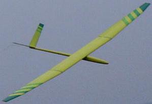 planeur radiocommandé Arkanj Aeromod jaune et vert, en vol